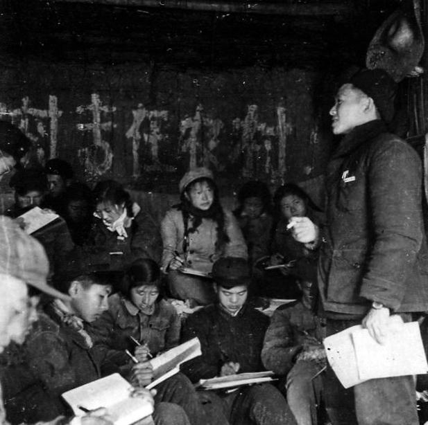 1960年农学院58级蔬菜专业学生在大通湖雨天室内上课
