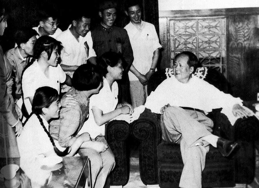 """1964年6月毛主席与共青团""""九大""""先进人物亲切交谈"""