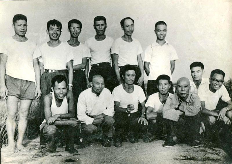 1970年王震同志与我校科学种田实验小组专家合影
