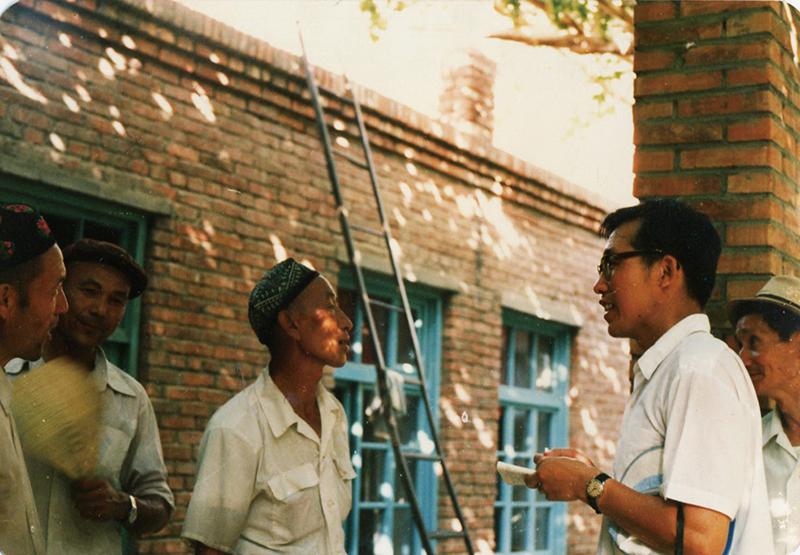 80年代官春云教授在新疆作油菜种质推广情况调查